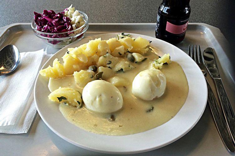 Kantine Traditionelle Küche: Senfeier mit kleinem Salat