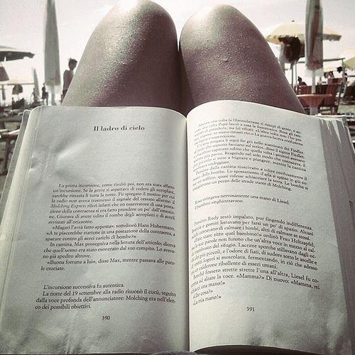 """""""Una era la ladra di libri. L'altro era un ladro di cielo."""" Thebookthief Storiadiunaladradilibri"""