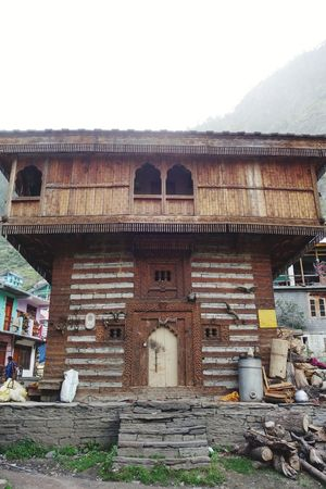 local temple of tribal, u can't touch this temple or pay heavy charge Malana Temple Wooden House Architecture Streetphotography Localphotography Remote Places History Architecture Sky Building Exterior Built Structure Old Ruin Civilization Ancient Civilization Archaeology