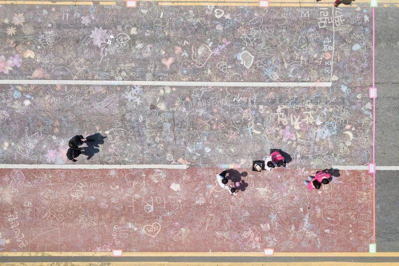 왕복 6차선 위에 그려진 꿈들 . . #하루한컷 #드론뷰 #도로 #군포철쭉축제 #매빅프로 #dji #mavicpro Drone  Droneview Men