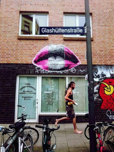 Kiss. Hamburg Streetart Street Photography