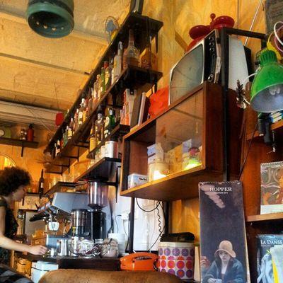 Chulísimo el sitio, mezcla de librería + café ^_^ MadridTrip