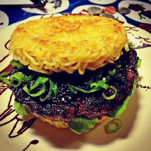 Para os Especialistas em Miojo como Eu que tal Essa ramen burger feito por KeizoShimamoto