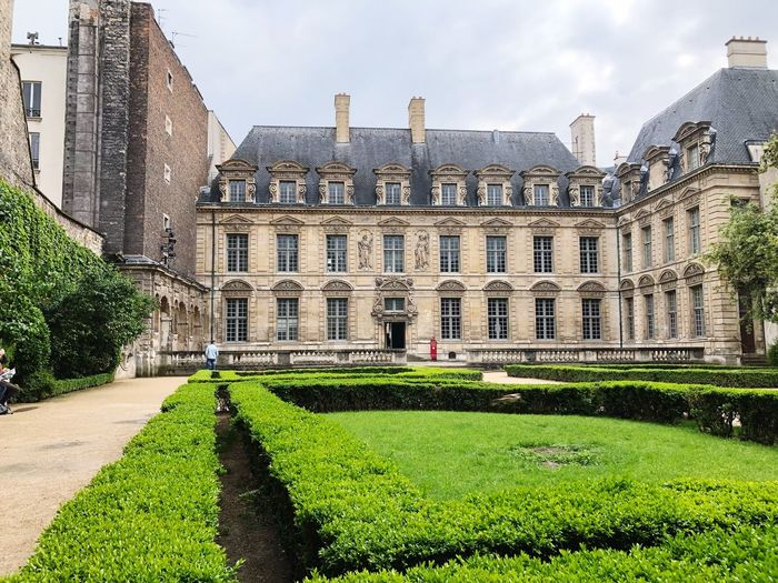 hidden spots Architecture_collection Naturelovers Man Made Structure Man Made Nature_collection Architecture Nature Garden Place Des Vosges Paris Built Structure Architecture Building Exterior Plant Sky Nature Day Building Grass Hedge No People Garden Formal Garden Façade Tree Green Color Travel Destinations History The Past Palace The Mobile Photographer - 2019 EyeEm Awards My Best Photo The Architect - 2019 EyeEm Awards