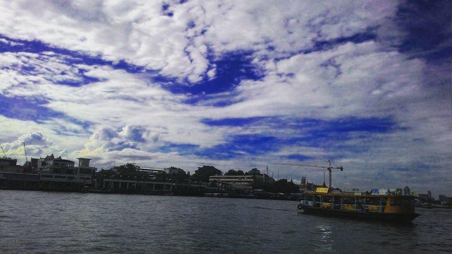 ที่เดิมๆแต่เมฆบนท้องฟ้าเปลี่ยนไปทุกวัน เหมือนสายน้ำที่ไม่ไหลย้อนกลับ Clouds Sky Bule Sky Chao Phaya River Boat Thawanglang EyeEm EyeEm Thailand Mycity Bangkok Thailand Chon😆 26.6.2559