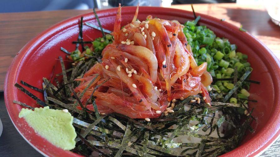 早いお昼ご飯に由比漁港の浜のかきあげやさんに立ち寄りました。寒い冬は日向の席でポカポカしながら食べるといいですよ。美味しかったです。Eating Seafood 桜えび 由比