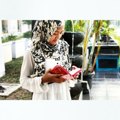Aku suka baca buku hihi Hunting Hiijab Islam Likeforlike Like4like Instalike Instagood Instagram Reading Instapict Followforfollow Follow4follow Lombok Kantorbupati