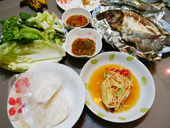 Plate Food And Drink Serving Size Table Food Ready-to-eat Freshness Indoors  Healthy Eating Bowl No People Indulgence Soup Meal Homemade Close-up Day เมี่ยงปลาเผา ส้มตำ ส้มตำแซ่บๆ