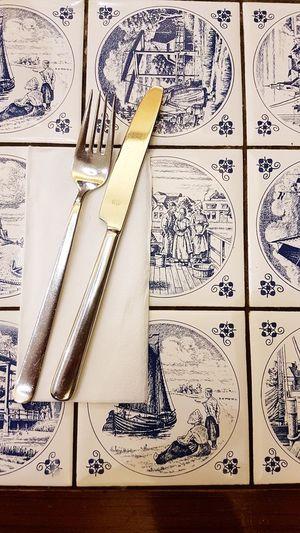 Besteck auf friesischen Kacheln Friesenhaus Friesland Nordfriesland Friesisch Besteck Messer Gabel Fork Knife Napkin Serviette Paper Sketch Sketch Pad Day