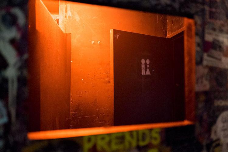 Point éphémère Toilet Colorful Red Light Fujifilm Door