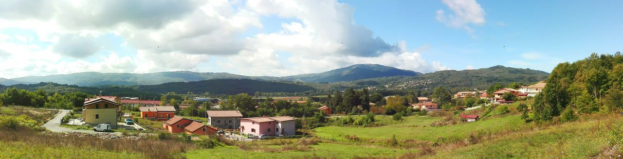 Soveria: panoramica Mountain Panoramic Landscape Residential Structure Mountain Range Tranquility Cloud - Sky Non-urban Scene Countryside Outdoors Huaweip8 Lite September2016 Huaweiphotography Harusphotos Autumn Collection Enjoying Life EyeEm Best Shots Open Edit