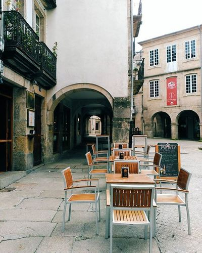 In the centre of Lugo we don't have trees with leaves to describe the passing of the seasons. Instead we reckon it by the migration of chairs across pavements