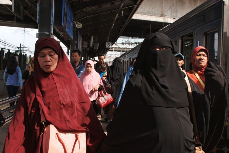 A scene in Tanah Abang Jakarta, Indonesia. December 2017 Documentaryphotography Streetphotography Commuterline Commuter Train Train Station Commuter Commuters Morning Light Commuting Transportation City Transportation Local Transport Candid UNPOSED Train Morning Adults Only Business Finance And Industry Adult People Business Young Adult Smiling Young Women EyeEm Ready
