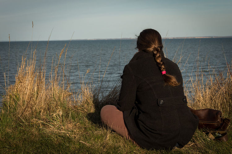 Check This Out Girl Woman Perspectives Ocean View Ocean Coast Ostsee Enjoying The View Sillouette