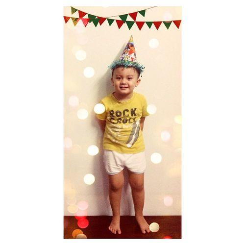 Sinh nhật con em mà thằng anh hết giành bánh tới giành chụp hình rồi giành luôn ngày sinh nhật của em nó :)))