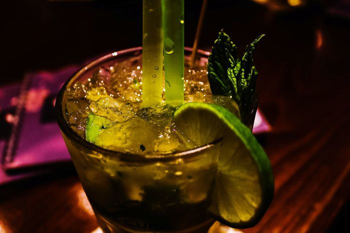 So Erfrischend wie eine Dusche City Pic Drink Bar Night Fifa18 Football Publicviewing Limette Ice Ice Cube Pepermint Cold Summer Summernight Picture ProduktFotografie Drink Tonic Water Drinking Glass Alcohol Ice Cube Drinking Straw Close-up Food And Drink Mojito Cocktail