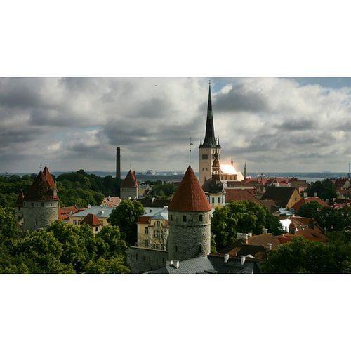 2008 07, Talin, Estonia. 에스토니아는 여러모로 흥미로운 나라다. 발틱3국중 한 나라이지만 언어와 민족은 핀란드와 가깝다. 주말이면 물가와 술값비싼 헬싱키에서 배를타고 술마시러 온다. 에스토니아의 저항의 역사는 노래위 역사다. 이 나라 국민들은 구 소련에 저항할때 돌과 화염병 대신 모두 모여 노래를 불렀다. 여인등은 아름다왔고 맥주는 싸고 맛있었다. Estonia Talin