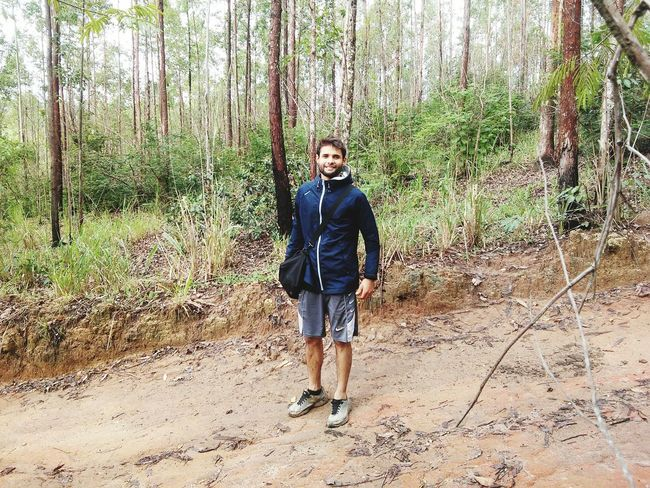 Caminhada na mata. Caminhada Forest Walking Walking Around Looking At Camera One Person Front View Tree People Day Outdoors Smiling Happiness Young Adult One Man Only Full Length Portrait Nature One Young Man Only Fun Leisure Activity Standing Only Men