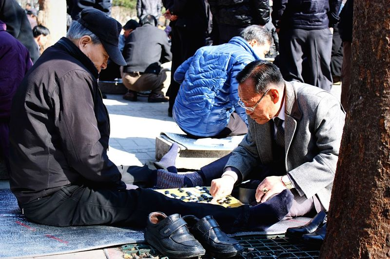 [ Seoul serie 6 ] The Go or Baduk traditional board game. Traditional Board Games Asian Culture Playing Playing Games Streetphotography Live To Learn Seoul Korea Learn & Shoot: Layering Chest