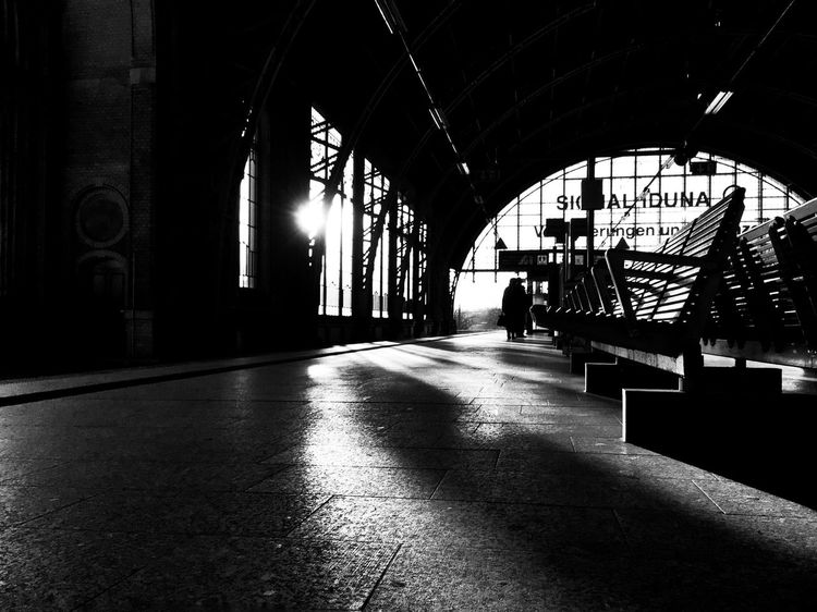 Licht und Schatten... Light And Shadow Taking Photos Blackandwhite Contrast Trainstation IPhoneography Architecture Hamburg