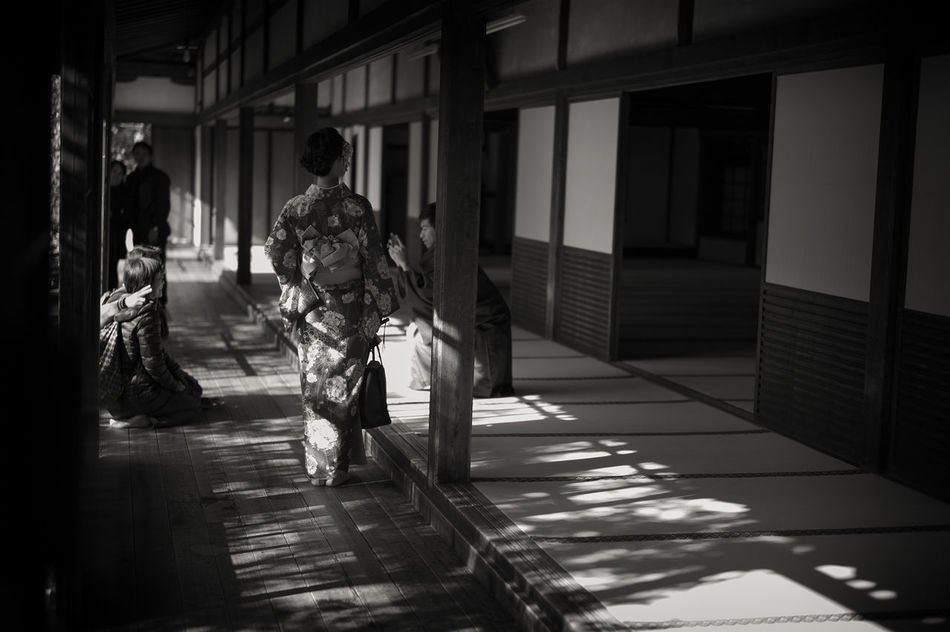 Blackandwhite Candid Light And Shadow Blackandwhite Photography Black & White B&w Street Photography Monochrome 京都 Kyoto Black And White Photography Japan Photography Black And White Photography 建仁寺