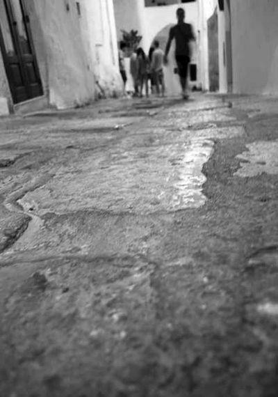 Ostuni Biancoenero Persone Strada Camminare Mattoni Pietra Up Close Street Photography capturing motion Capturing Motions