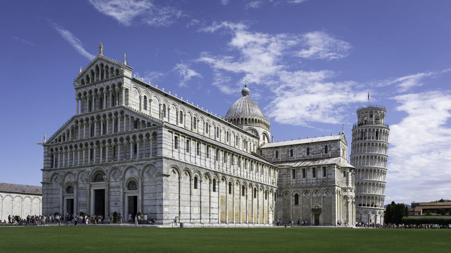 Cattedrale di pisa and leaning tower of pisa against sky