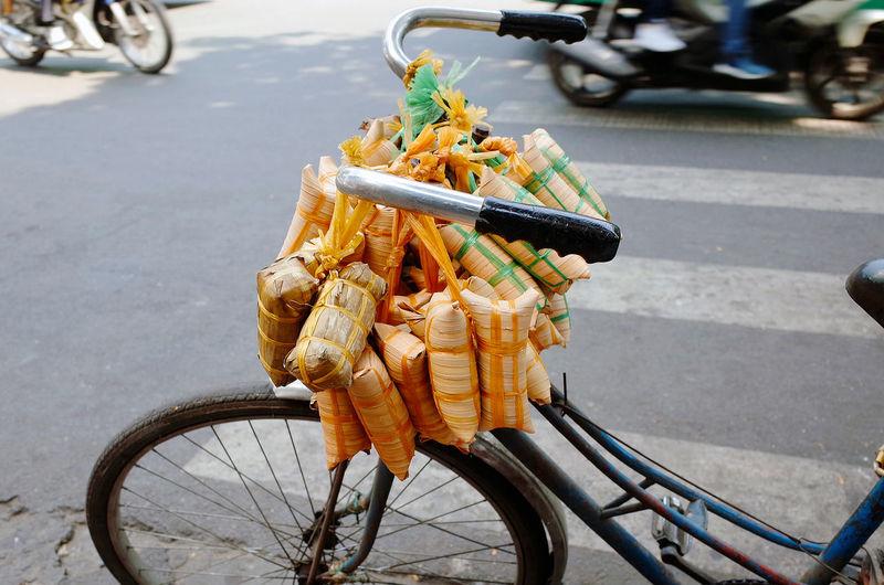 Bánh chuối đậu và bánh dừa Travel Vietnam Banh Chuoi Dau Bicycle Bicycle Basket Day Footpath Land Vehicle Mode Of Transportation No People Rice Cake Street Street Food Vietnamese's Food