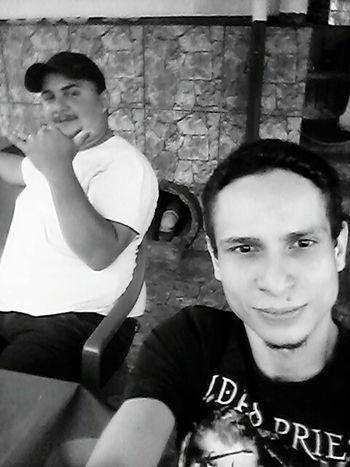 Tomando uma cerveja no casarão com meu brother Uesley.. Muito Calor!!! Relaxing Friends Selfie Portrait Selfie ✌ Cheers Brazilian People Beer Drinking Black & White