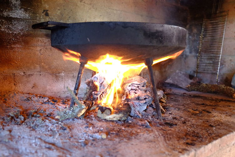 cocinando en disco de arado Burning Heat - Temperature Flame Fire Fire - Natural Phenomenon Wood - Material Wood Log Nature Firewood Glowing No People Fireplace Ash Close-up Indoors  Metal Motion Day Bonfire