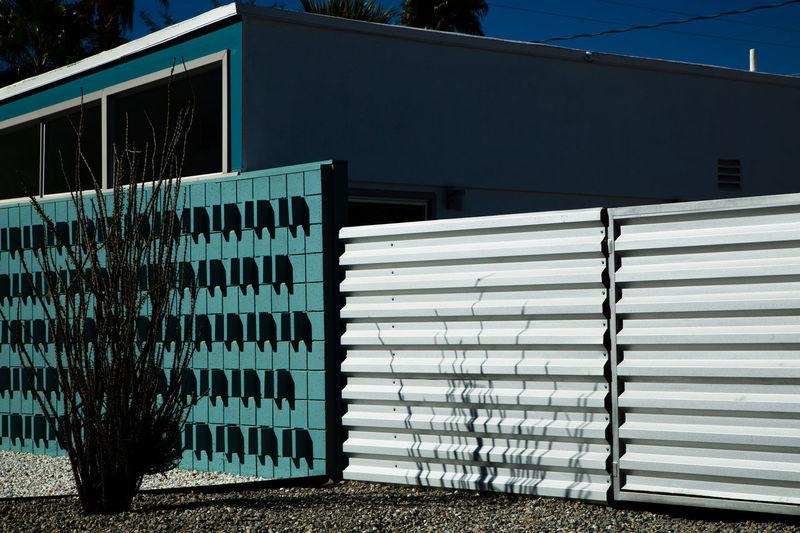 Metallic structure against building