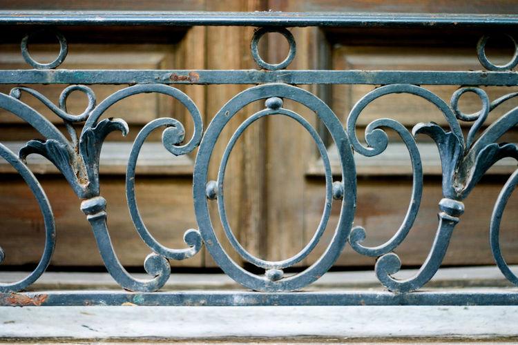 Rusty metallic patterned railing