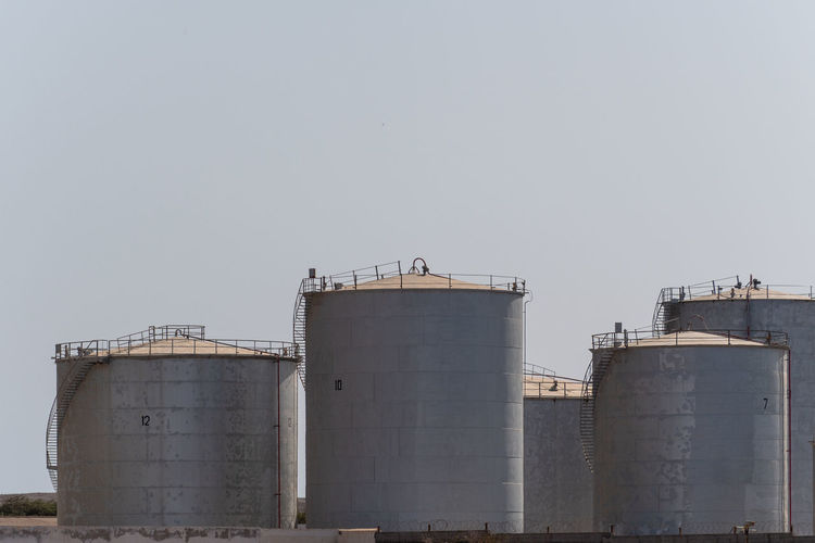 Hoffi99 Day Industry Factory Sky Storage Tank Copy Space Clear Sky Storage Compartment Built Structure Architecture Container Nature No People Silo Outdoors Fuel And Power Generation Low Angle View Building Exterior Oil Industry Storage Fuel Storage Tank