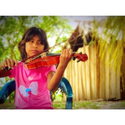 """""""Those who don't believe in magic will never find it."""" ~ Roald Dahl. ~ ~ ~ This moment was very special to me! See where El Sistema can get, @itserms. She is learning to play violin. 🎻⭐️😄 Ossbv Violin Warao Venezuela music art love magic"""
