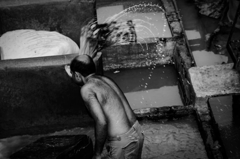 Washing clothes Blackandwhite Photography HeyThere Streetphotography Checkthisout Mumbai Check This Out! Eyemphotography Dramatic Thephotojournalist2015eyeemawards Thestreetphotographer2016eyeemawards Theportraitist-2016eyeemawards India Dhobighat Hanging Out Dhobhi Ghaat Candid Goodmorning EyeEm  Goodmorning :) Eyeforphotography Dhobi_ghat Nikon D3200