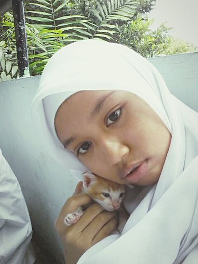 Here is she.. Mahalira with the cat ? ? Self Potrait Hijab Cat