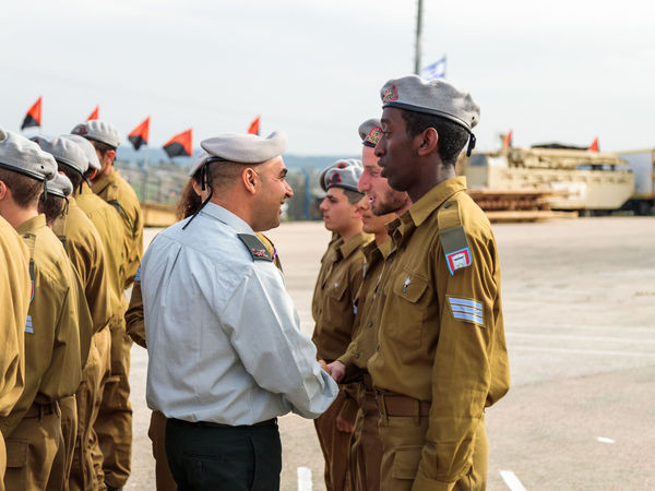 Mishmar David, Israel, Februar 21, 2018 : Officers of the IDF reward the soldier with the insignia at the formation in Engineering Corps Fallen Memorial Monument in Mishmar David, Israel Engineering Corps Fallen Memorial Monument Event Formation Jewish Patriotism Service Soldier Standing Uniform Warrior Armed Army Ceremony Day Education Group Idf Infantry Israel Defence Force Military Parade Professional Protection Training Weapon