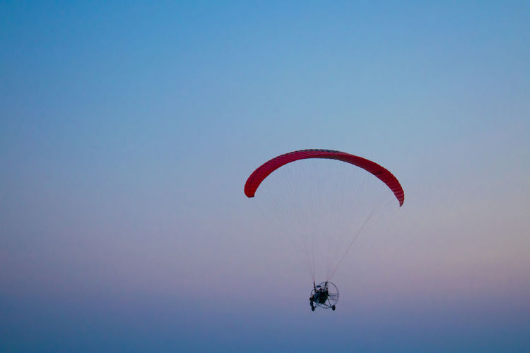 Paramotor Parachute Flying Sky Colorful Background People Hanging Out Light Golden Hour Freshness Scenics Skyporn Memories Business Stories #urbanana: The Urban Playground