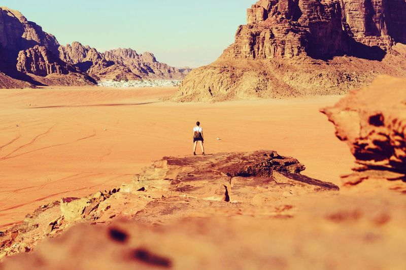 Wadirum Jordanien Jordan Jordania  Deserts Desertlandscape Desert Amazingplaces Amazingviews Amazingview Amazing Views🔥 Viewpoint View Views Landscapes Landscapephotography Landscape Tombraider Wilderness Adventures Orange Yellow Naturephotography Landscapelovers Nature Adventure Arid Climate Standing Extreme Terrain