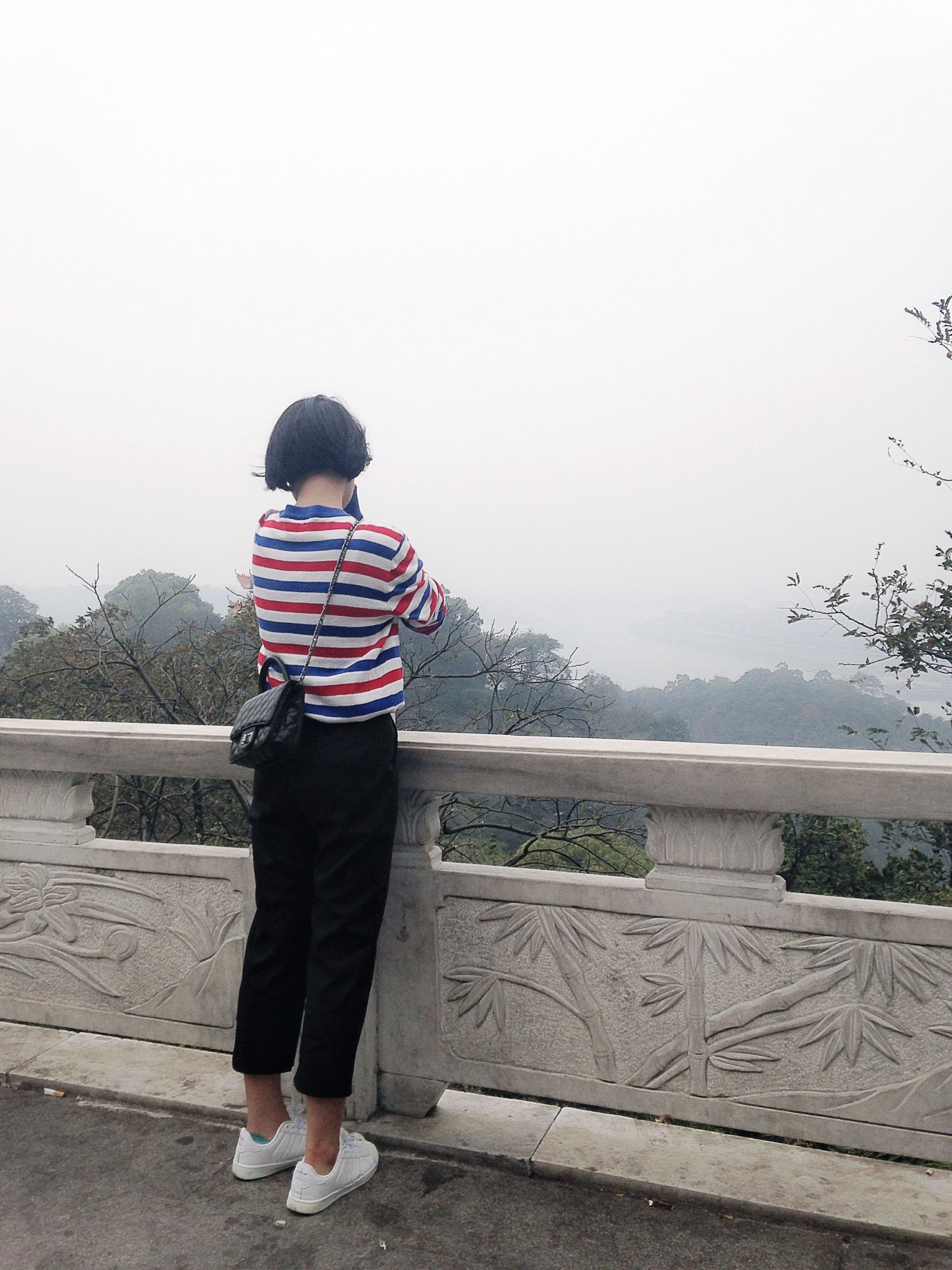 rear view, full length, casual clothing, water, lifestyles, standing, clear sky, leisure activity, copy space, railing, day, lake, person, nature, childhood, boys, tranquility, walking