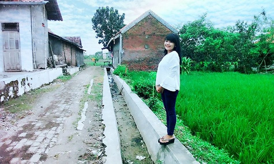No caption likeforlike #likemyphoto #qlikemyphotos #like4like #likemypic #likeback #ilikeback #10likes #50likes #100likes 20likes likere Like Like Photo Photographer Jatengeksis Jatengmotret Tegal . follow IG Me saeyaprila_ thank you Building Exterior One Person Full Length House Built Structure Architecture Real People Outdoors Cloud - Sky People Day Nature