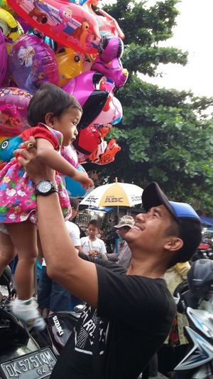 Happy weekend 😀🎡🎈🎉🎊 Weekend Family Time Qualitytime Fatherhood Moments Casual Clothes Night Market Traditionalmarket