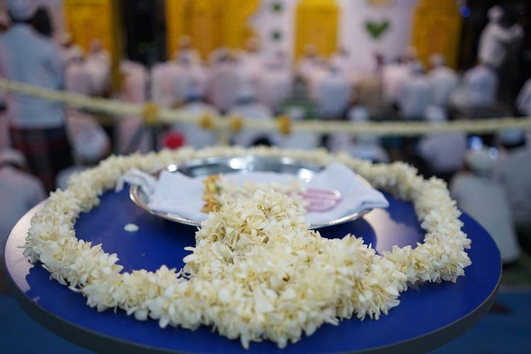 Untaian bunga Melati Food And Drink Food Ready-to-eat Plate Focus On Foreground Close-up Freshness Indoors  Rice - Food Staple Celebration Healthy Eating Incidental People Wellbeing Sweet Food Indulgence Business Table Serving Size Event Snack Temptation Melatiflower