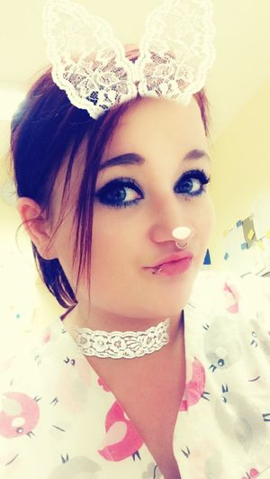 Wenn man nichts zu tun hat ... Spätdienst Snapchat Portrait Headshot One Person Young Adult Make-up Beauty Real People