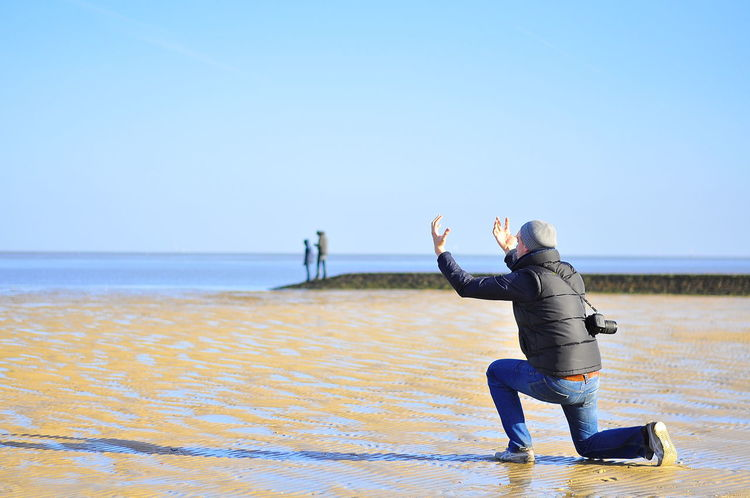 Der Mann und das Meer Beschwören Blauer Himmel Casual Clothing Clear Sky Conjure  DSLR Horizon Over Water Ich Leisure Activity Magic Moments Me Meer One Person People Photographing Real People Sea Sky Strand Water Wattenmeer Young Adult