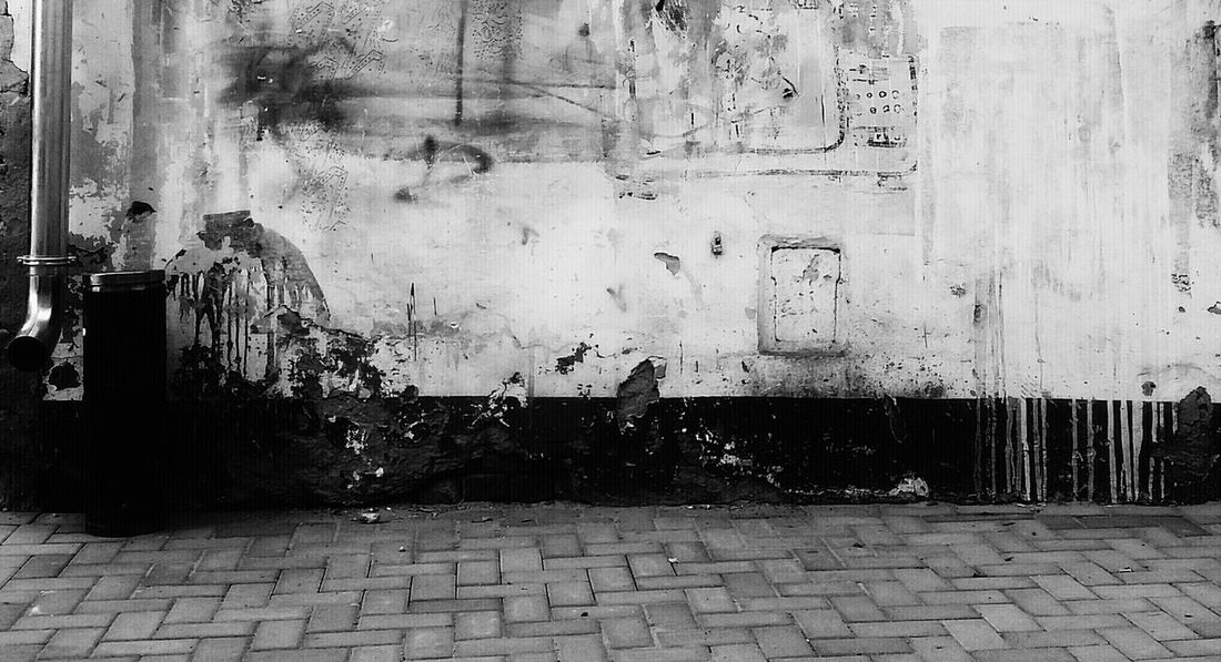 Wall Unhygienic Wall - Building Feature EyeEm Taking Photos Personal Perspective Eyeem Photography Eyeemphotography Fineart Fine Art Soul Fine Art Photography Check This Out EyeEm Gallery Eyeem Photo From My Point Of View Searching Shooting Photos Black & White Black And White Morningglory Ashtray