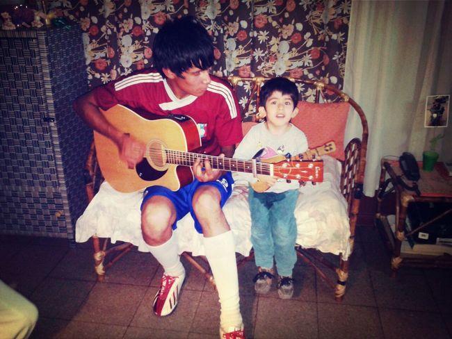 El Joe enseñándole a tocar la Guitarra al Ian :3 First Eyeem Photo