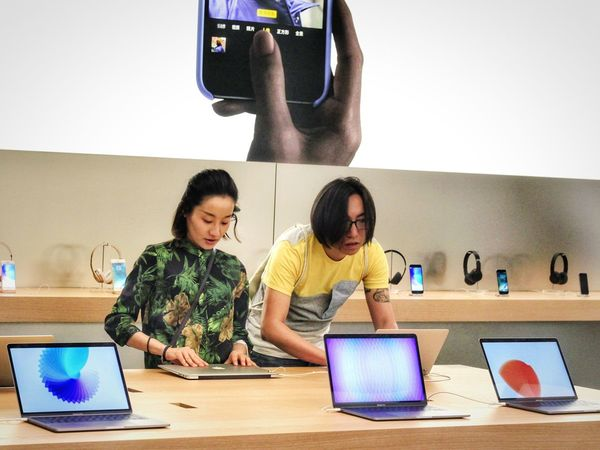 Web系 Apple Web Laptop People Equality China Modern Shop Woman Man Technology EyeEmNewHere China In My Eyes Lifestyles Explore Shanghai, China ASIA Urban Press For Progress