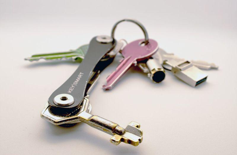 Keysmart es pan sanon Canon Estudiofotografico Llavero Keys Keysmart Metal Still Life No People Key Key Ring Studio Shot Close-up