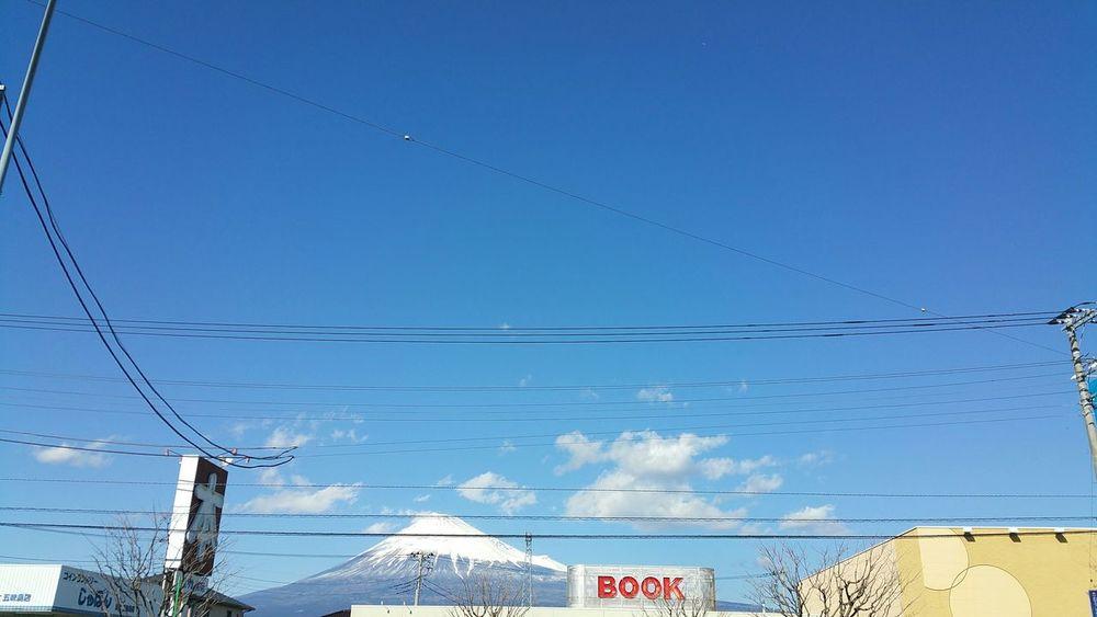 下校時間の元気な子供たちの声がします。4年前もそんな時間でしたね。黄色い帽子を被った子供たちが立ち止まり黙祷していました。あの 日を忘れません!同じ空の下より・・・、被災地へ。 東日本大震災 富士山 Mt.Fuji あの日を忘れない 黙祷